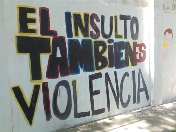 un gran mural con graffitis y dibujos alusivos a la temática